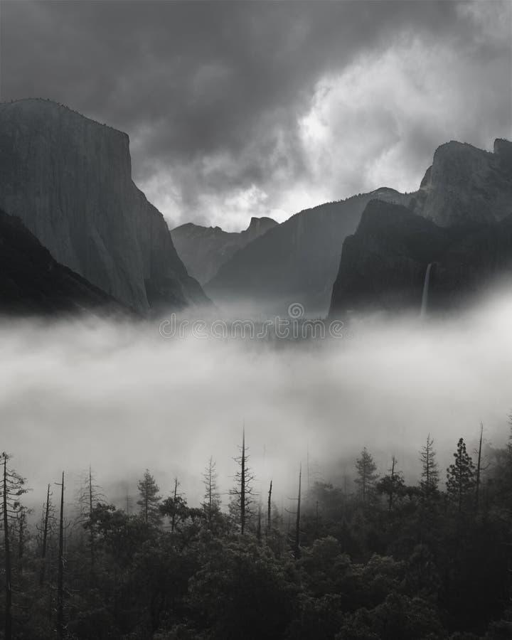 Yosemite tunnelsikt mörk av tung dimma med stormiga mörka Grey Clouds Approaching royaltyfria bilder