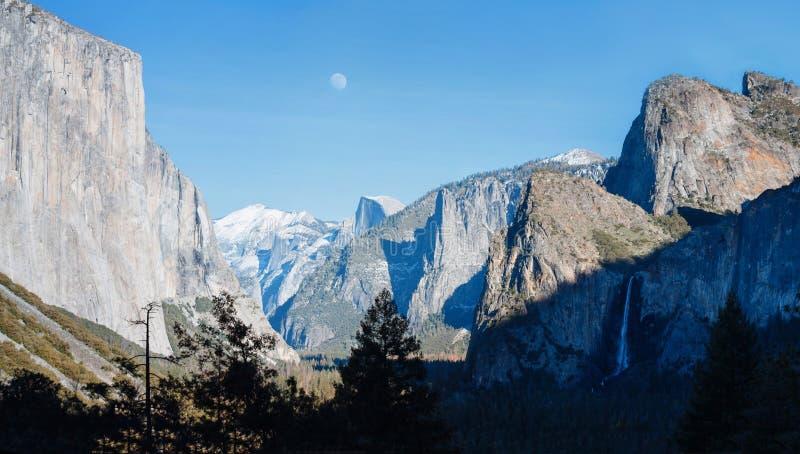 Yosemite tunnelsikt och månen arkivfoton