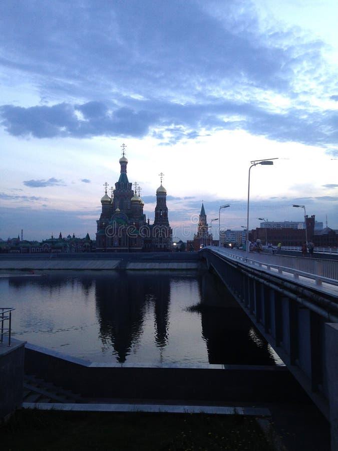 Yoshkar Ola城市 马里埃尔共和国,俄罗斯 保佑的圣母玛丽亚的圣母领报大教堂横跨河的在晚上 库存图片