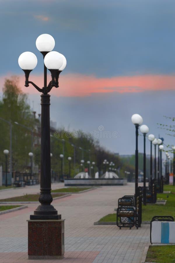 Yoshkar-Ola, Federacja Rosyjska - 05/06/2008: lampy uliczne na bulwarze Zwycięstwa obrazy royalty free