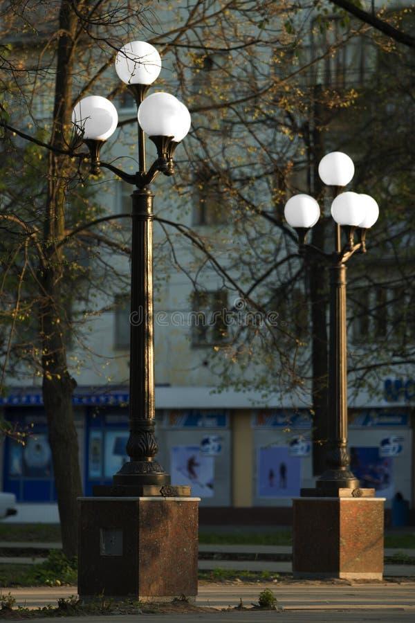 Yoshkar-Ola, Federacja Rosyjska - 05/04/2008: lampy uliczne na placu fotografia stock