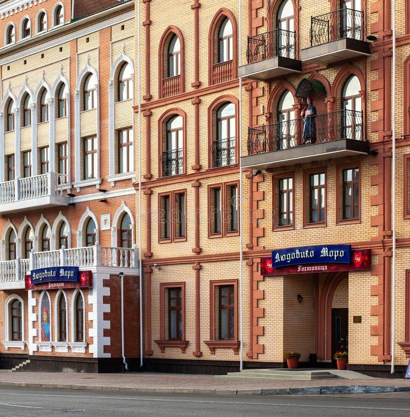 Yoshkar-Ola, Federacja Rosyjska - 09/03/2011: Restauracja i hotel Ludovico Moro na ulicy Uspienskaya zdjęcie royalty free