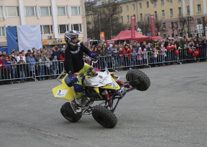 YOSHKAR-OLA, RÚSSIA - 5 DE MAIO DE 2018: AutoMotoshow no quadrado Os truques no Wheelie, no Stoppie e no Akrobatyka de ATV StuntR foto de stock