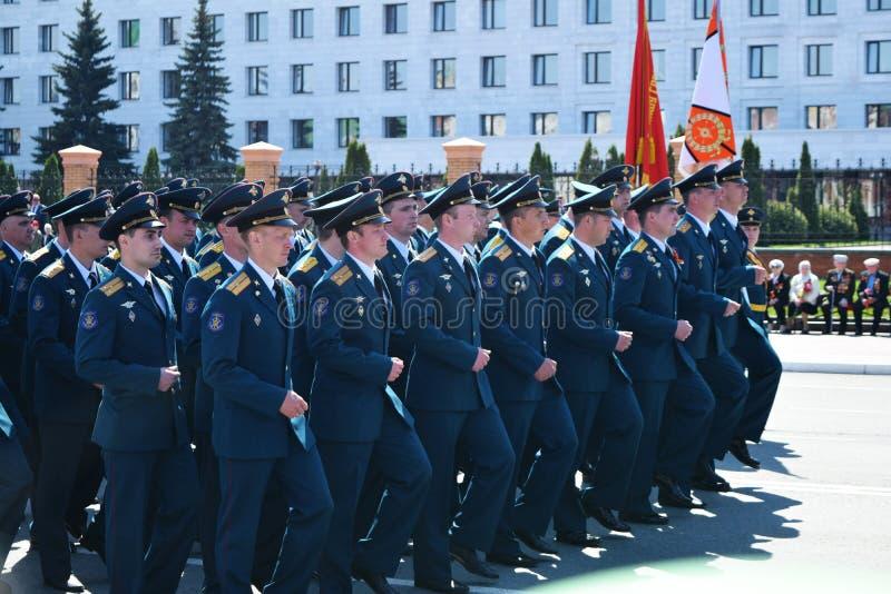 Yoshkar-Ola, Rusia - 9 de mayo de 2016 Desfile de la victoria Los soldados demuestran su disposición para defender su patria fotos de archivo libres de regalías