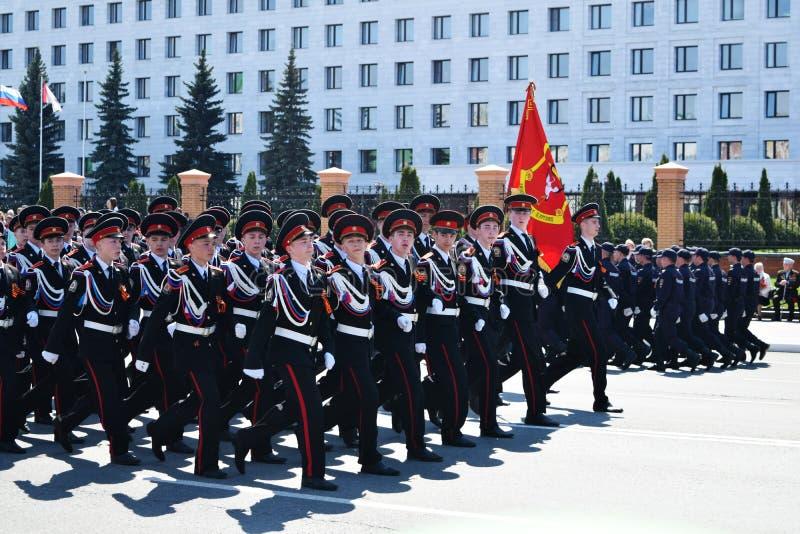 Yoshkar-Ola, Rusia - 9 de mayo de 2016 Desfile de la victoria Los soldados demuestran su disposición para defender su patria fotos de archivo