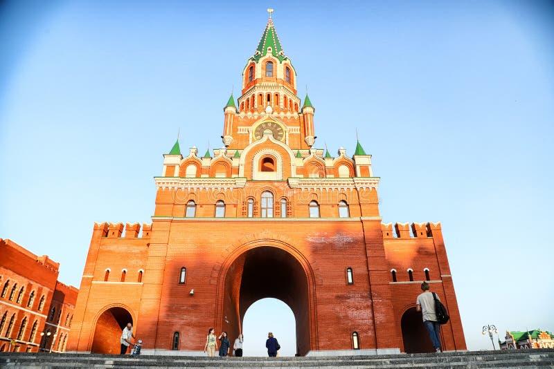 Yoshkar-Ola, Rusland - Augustus 30, 2018: Weergeven van de Toren van Blagoveshchenskaya Spasskaya op het vierkant stock foto's