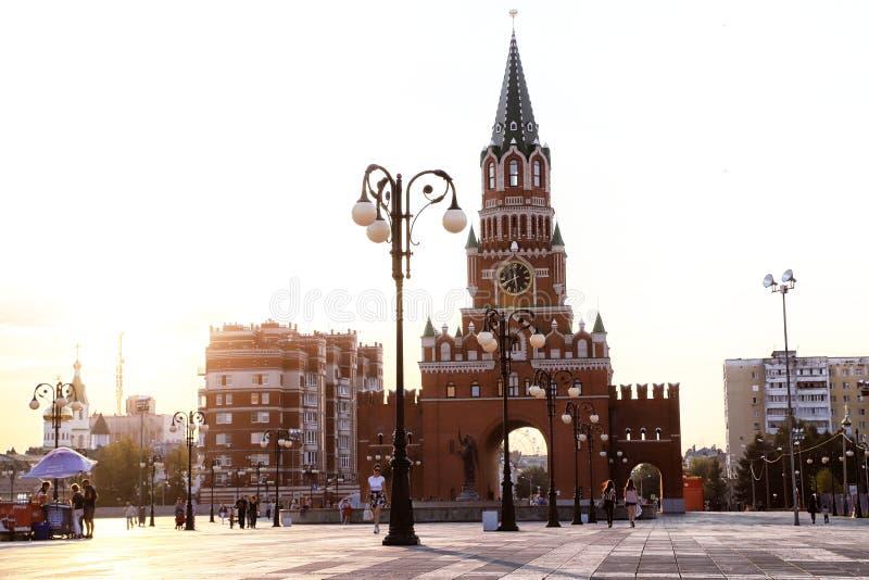 Yoshkar-Ola, Rusland - Augustus 30, 2018: Weergeven van de Toren van Blagoveshchenskaya Spasskaya op het vierkant stock afbeelding