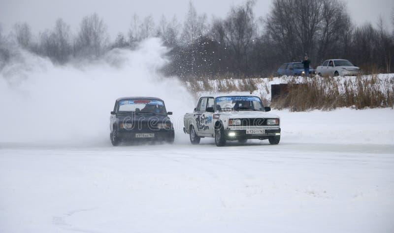 YOSHKAR-OLA, RUSLAND - JANUARI 21, 2018: De winter auto toont - drijf op auto's op een ijsspoor af, op een bevroren meer royalty-vrije stock foto
