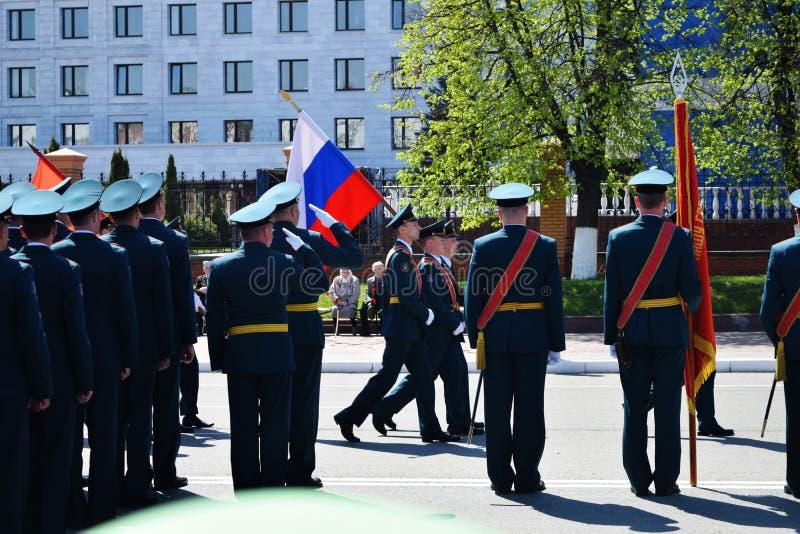 Yoshkar-Ola, Rusland - Mei 9, 2016 Overwinningsparade De militairen tonen hun bereidheid aan om hun geboorteland te verdedigen stock fotografie