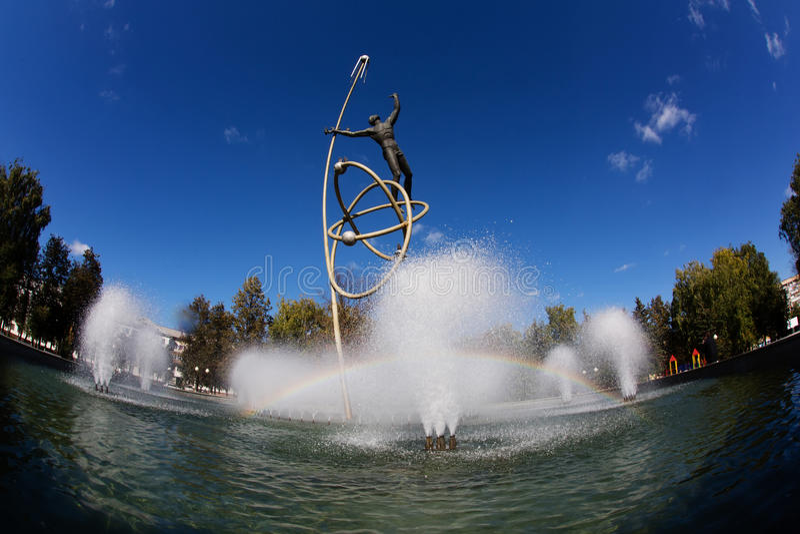 YOSHKAR-OLA, RUSSLAND - SEPTEMBER 2015: Brunnen in Raum mit Regenbogen Bildhauer Anatoliy Shirnin stockfotos
