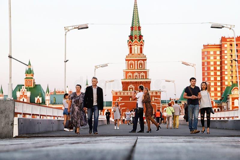 Yoshkar-Ola stad, Rusland - Augustus 30, 2018: Weergeven van de Toren van Blagoveshchenskaya Spasskaya op het vierkant royalty-vrije stock foto