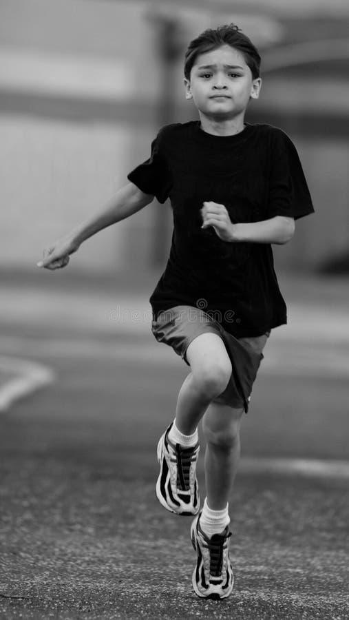 Youg Junge, der auf Spur läuft stockfotografie
