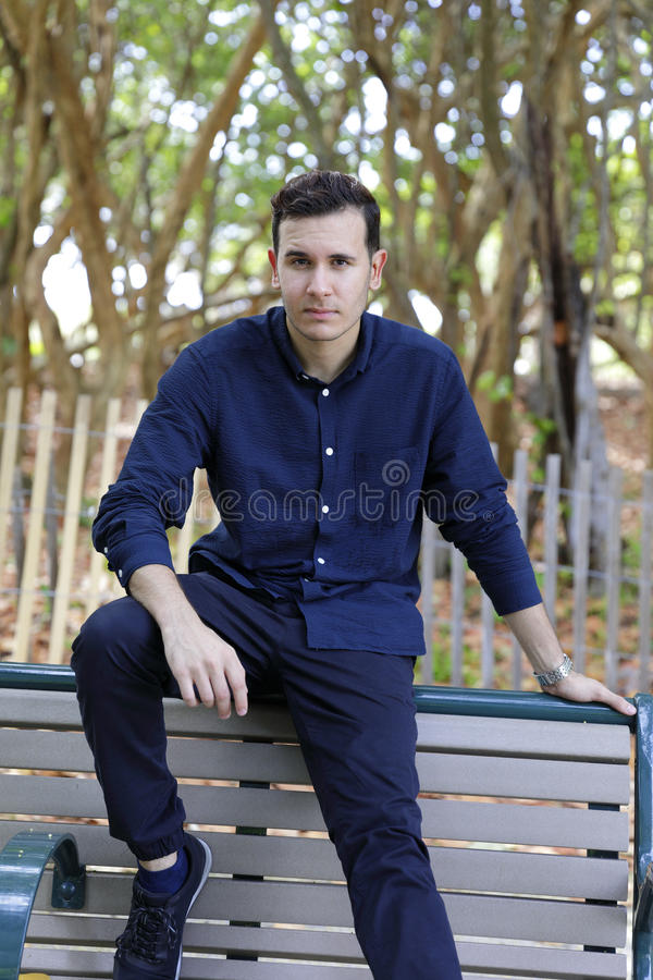 Yougn man i blåttflåsanden och blå skjorta royaltyfria foton