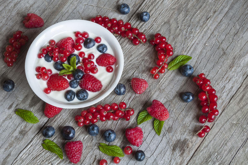 Yougurt con le bacche immagini stock libere da diritti
