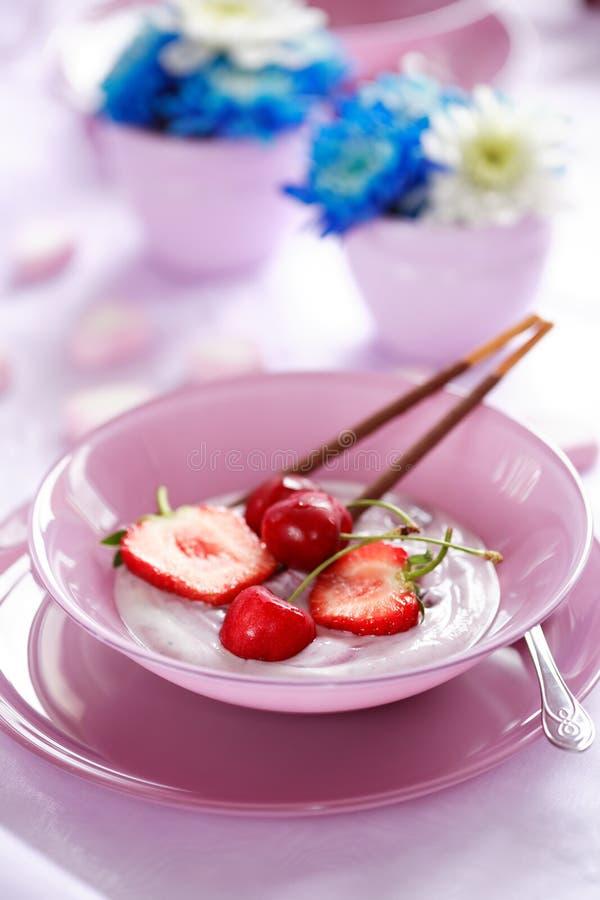 Yougurt da fruta fotografia de stock royalty free