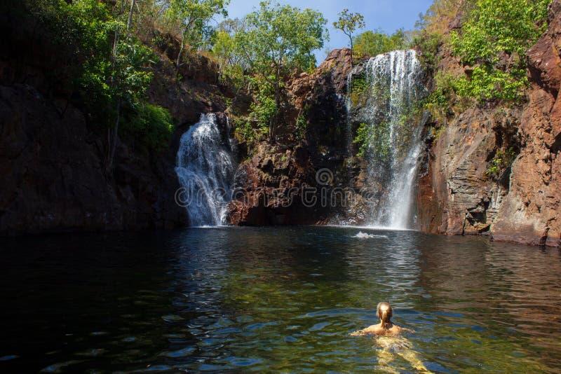 youn το κορίτσι απολαμβάνει κολυμπά στις πτώσεις της Φλωρεντίας, τον πολύ δημοφιλή προορισμό για τους τουρίστες και τους ντόπιους στοκ φωτογραφίες με δικαίωμα ελεύθερης χρήσης