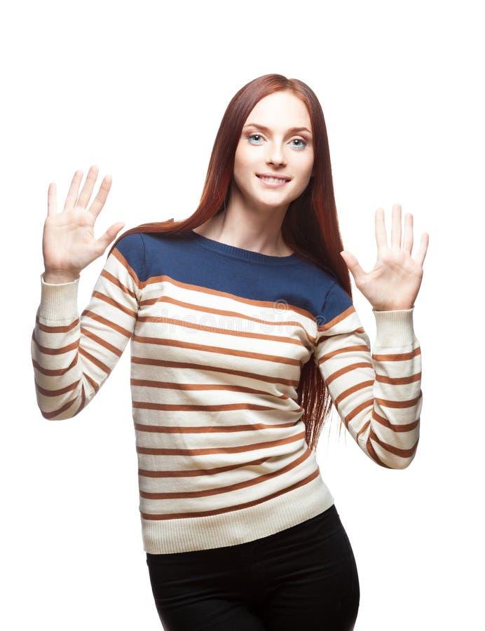 Youn lächelnde beiläufige red-haired Frau lizenzfreies stockfoto