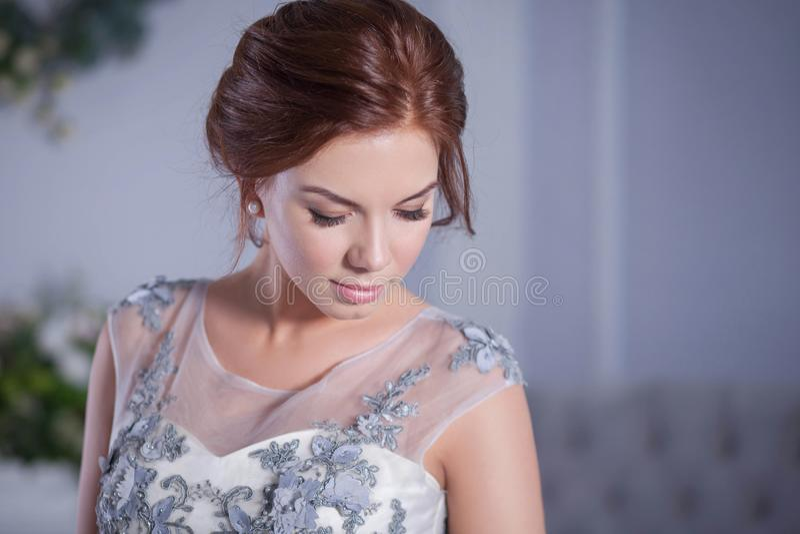 Yound-Frau, die blaues Kleid trägt lizenzfreie stockbilder