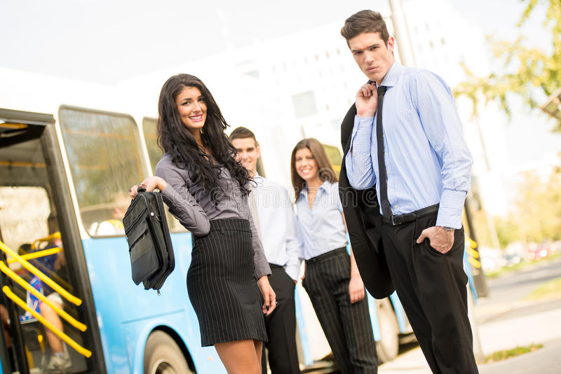 YoungBedrijfsmensen die op de Stadsbus wachten royalty-vrije stock afbeelding