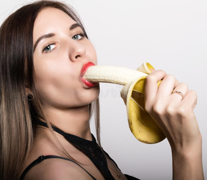 frau lutscht banane