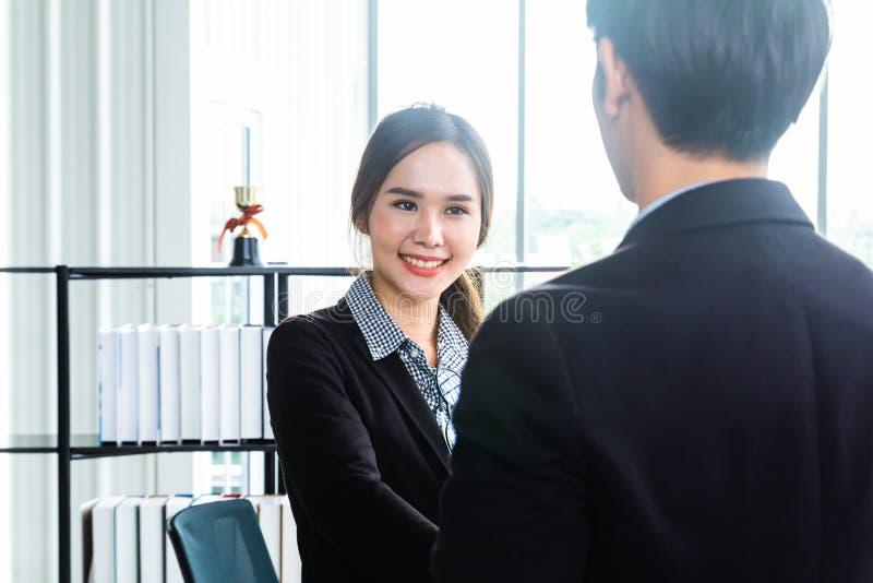 Young Asian Businessperson steht und spricht über das Konzept der Finanzwirtschaft, um sich innerhalb der modernen stockfoto