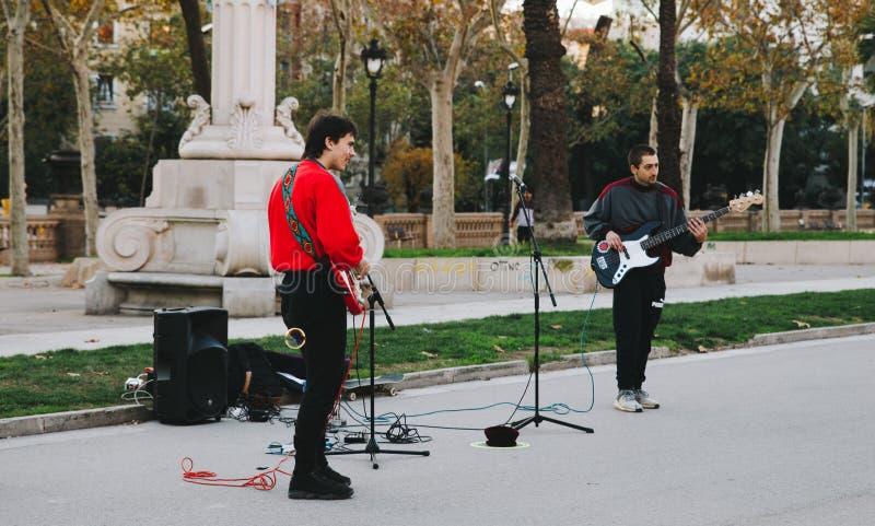 Young Boys bawić się gitarę w Barcelona ulicach zdjęcia stock
