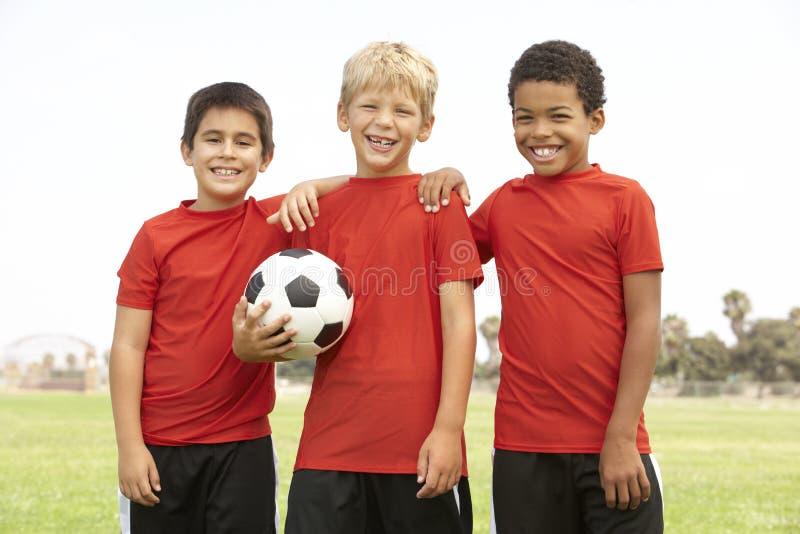 Young Boys dans l'équipe de football photo stock