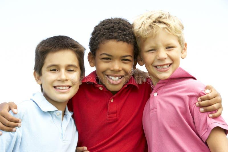 Young Boys dans le jeu en stationnement image libre de droits