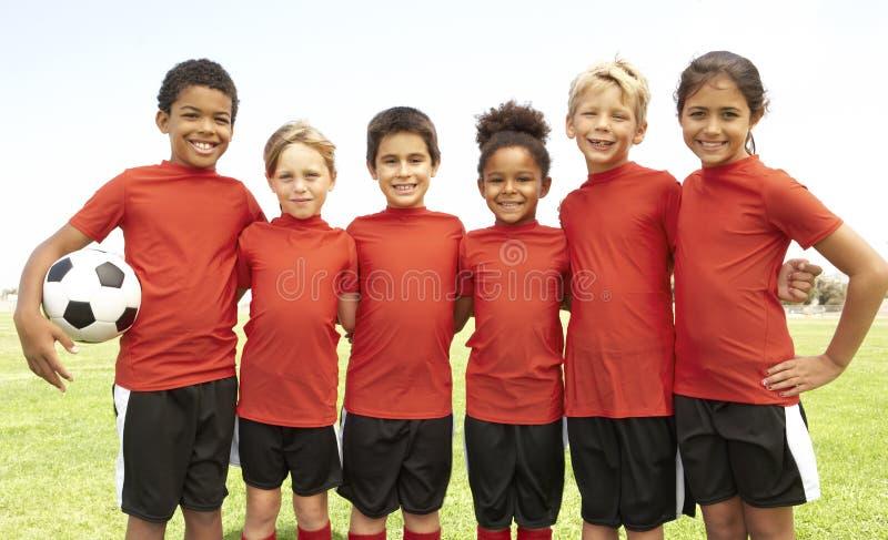 Young Boys et filles dans l'équipe de football photos libres de droits