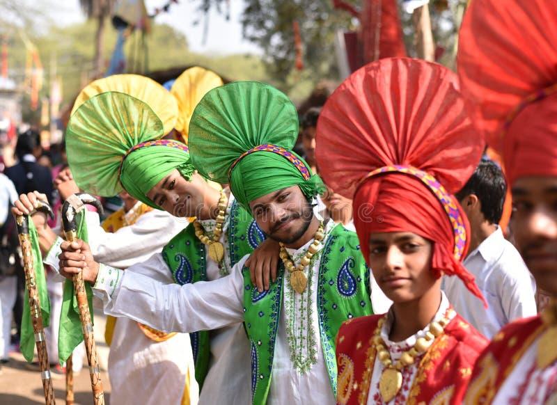 Young Boys i traditionell indisk Punjabi klär och att tycka om mässan