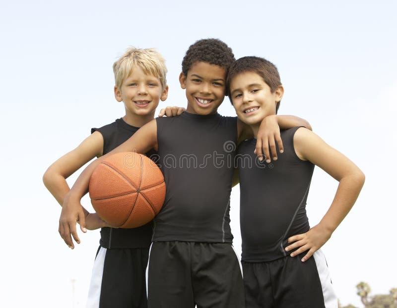 Young Boys na equipa de basquetebol fotografia de stock
