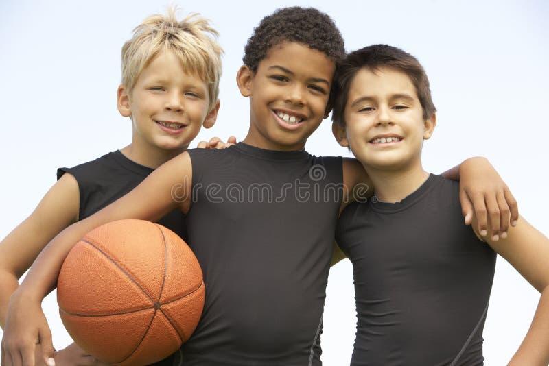 Young Boys na equipa de basquetebol imagem de stock royalty free