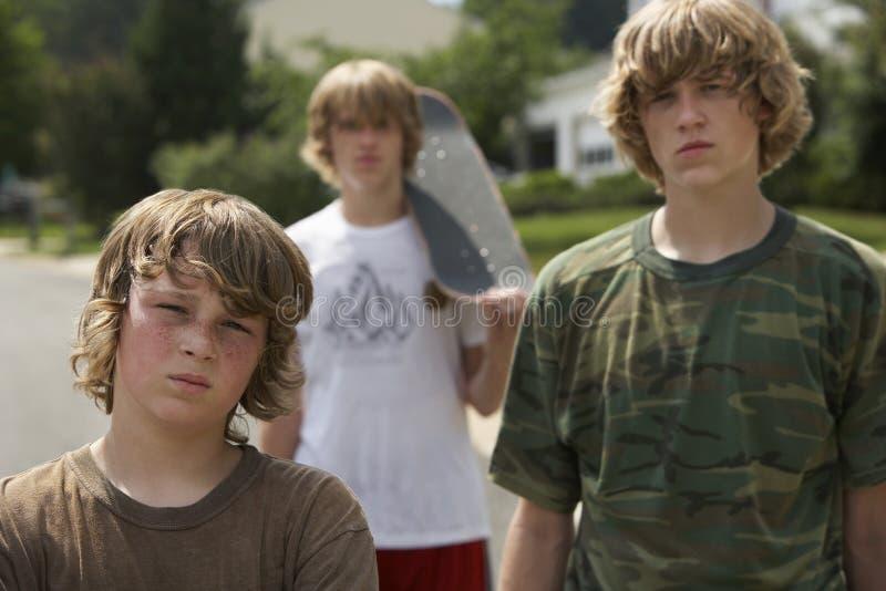 Young Boys pozycja Na ulicie obraz stock
