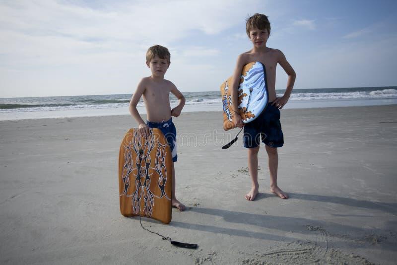 Young Boys am Strand stockbild