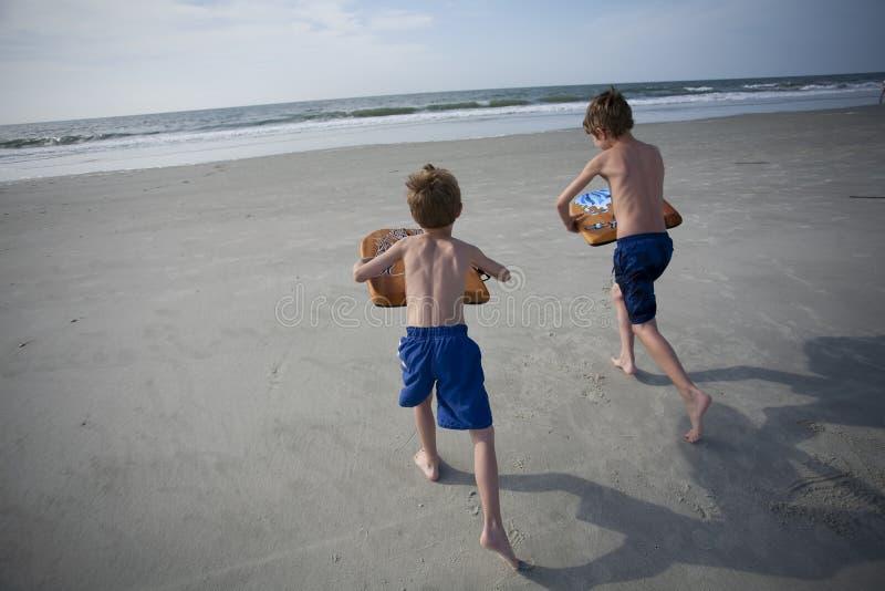 Young Boys am Strand stockfoto
