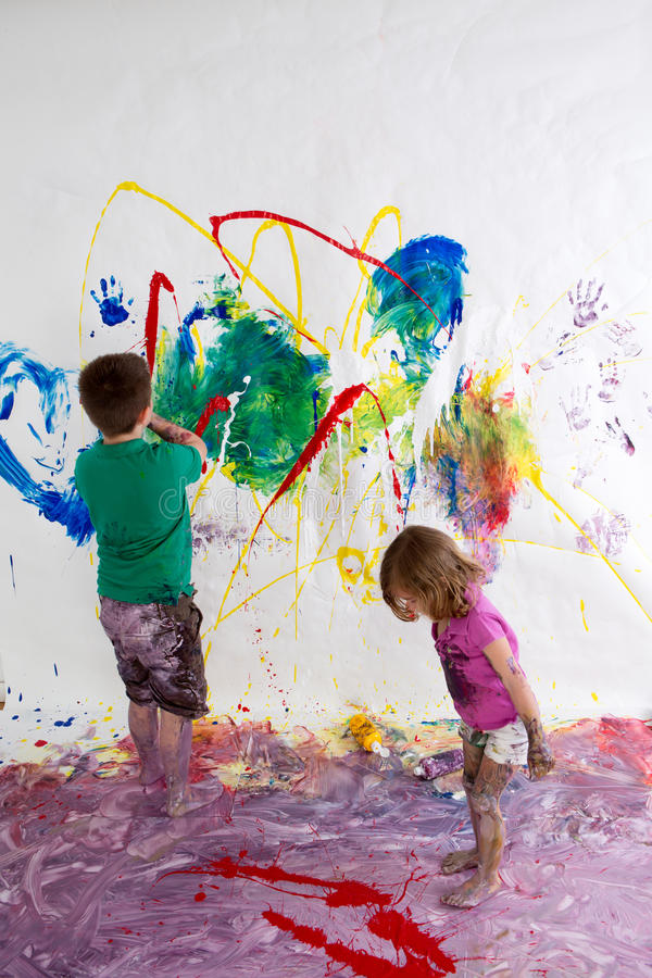 Free Young Brother And Sister Painting Together Royalty Free Stock Images - 53663409