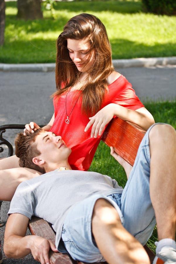 этом женщина села парню на колени видео уехала, они втроем