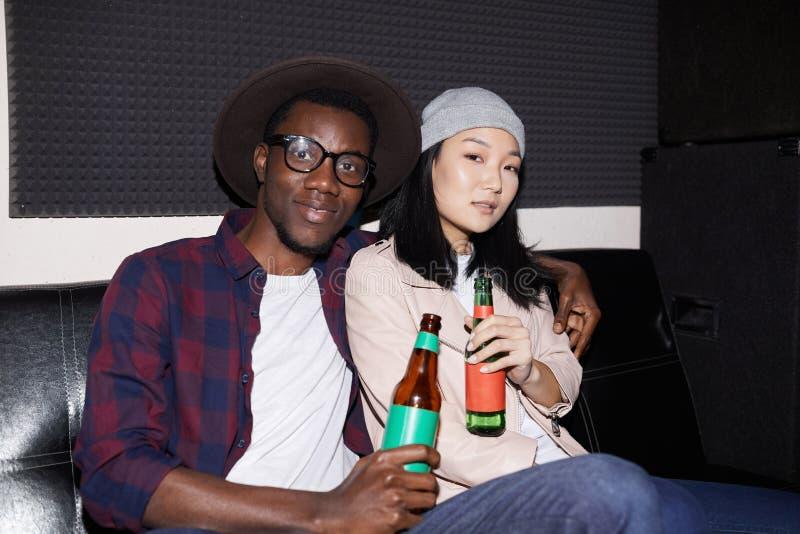 Young Couple i NightClub arkivfoto