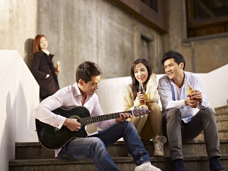 アジアの恋人や友達