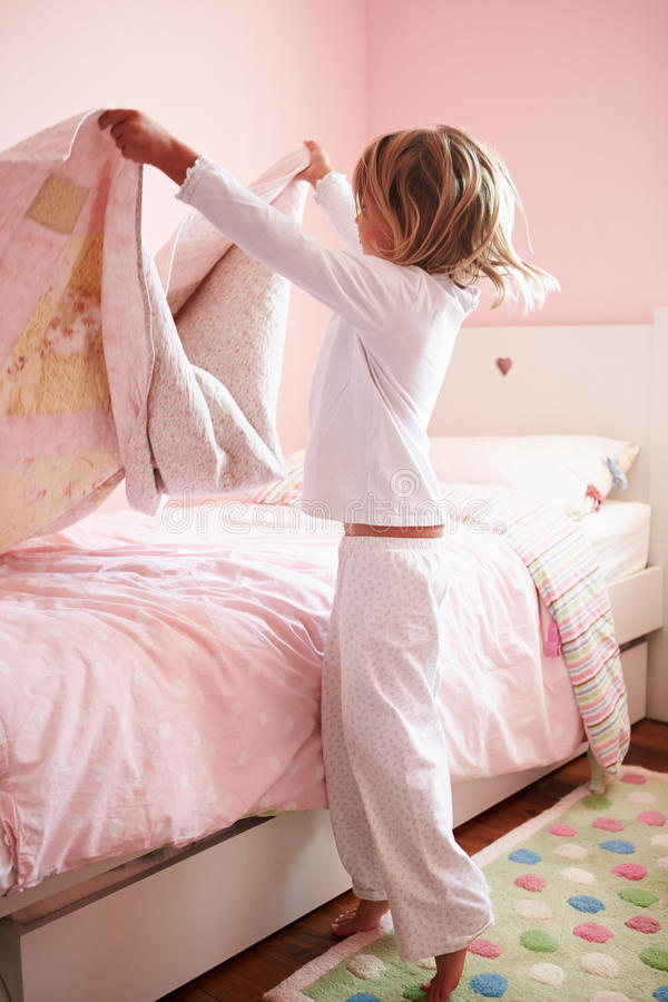 Free Young Girl Making Her Bed Stock Photos - 33775533