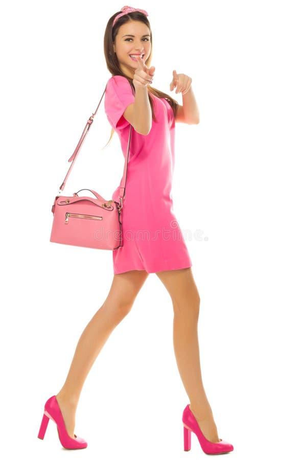 Девушку в платье имеют разными игрушками