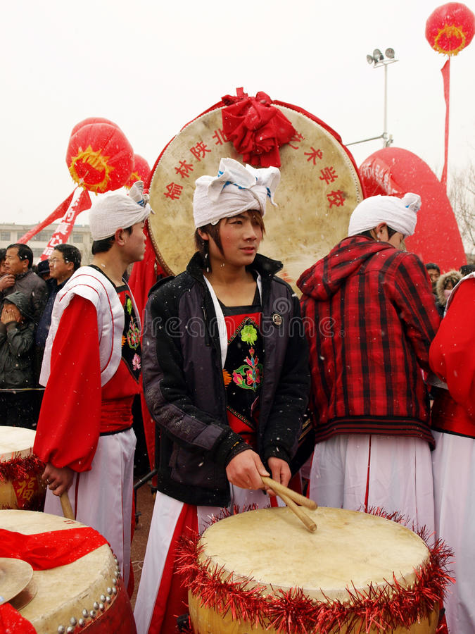 Young man wait to play drum in the snow stock image