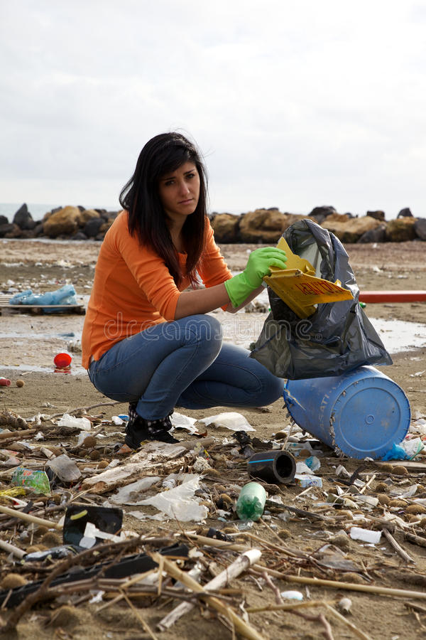 Free Young Social Worker Cleaning Dirty Beach Royalty Free Stock Images - 31346919
