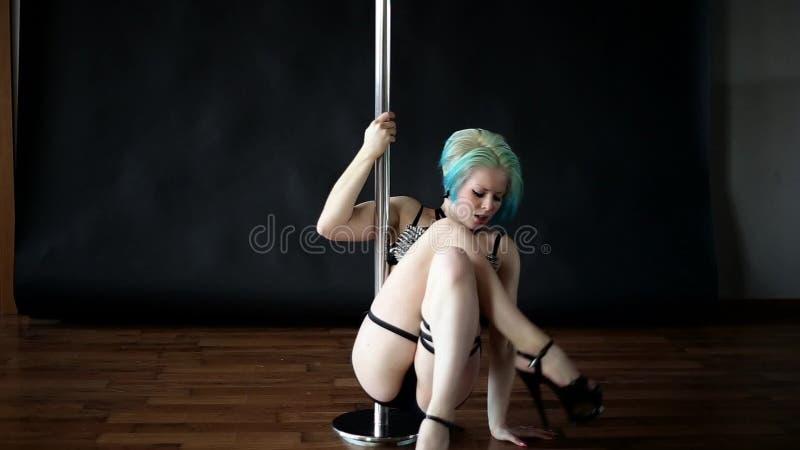 pole dancing Blonde