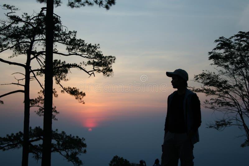 Youngboy med solnedgång royaltyfri foto