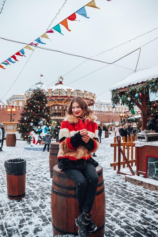 Younggirl en la Plaza Roja con vacaciones de invierno en la presentación de Moscú, elegante y hermosa cerca al árbol de navidad fotos de archivo