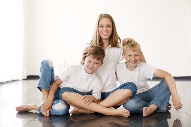 Youngl flicka med bröder fotografering för bildbyråer