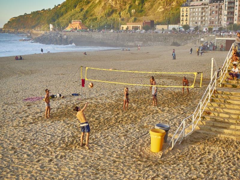 Youngs som spelar volleyboll i den Zurriola stranden, San Sebastian, arkivfoton