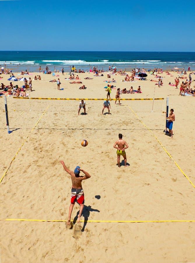 Youngsmäns spela volleyboll i den Zurriola stranden, San Sebastian spain fotografering för bildbyråer