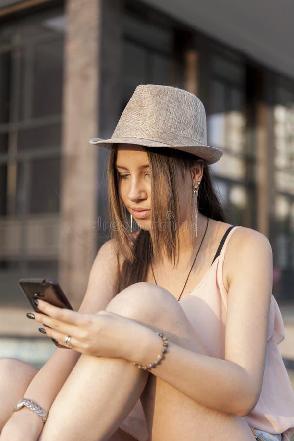 Younmeisje met slimme telefoon stock afbeelding